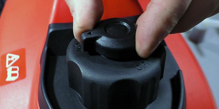 крышка-с-клапаном-инверторного-генератора-FUBAG.jpg