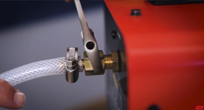 Подключаем-газовый-шланг-к-полуавтомату..jpg